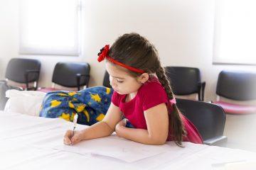 Obrazek przedstawiający uczące się dziecko