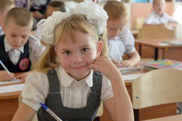 Obrazek, tło, dziewczynka w ławce szkolnej